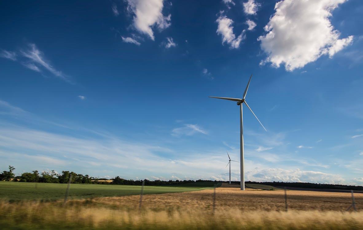 Weiße Windmühle Unter Blauem Und Weißem Himmel Tagsüber
