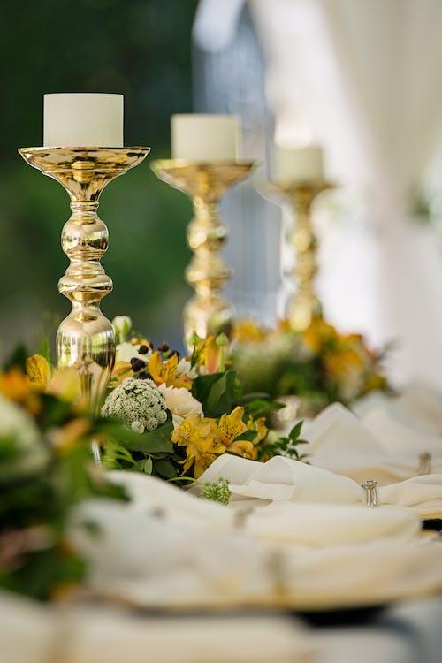 Foto d'estoc gratuïta de arranjament floral, boda, candeler, casament