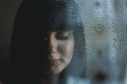 Δωρεάν στοκ φωτογραφιών με άνθρωπος, βρεγμένος, βροχή, γκρο πλαν
