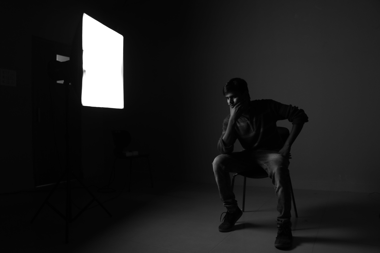 Fotos de stock gratuitas de adentro, blanco y negro, grave, hombre