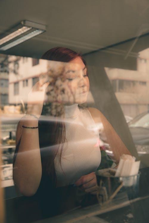 Základová fotografie zdarma na téma auto, dospělý, holka, lehký