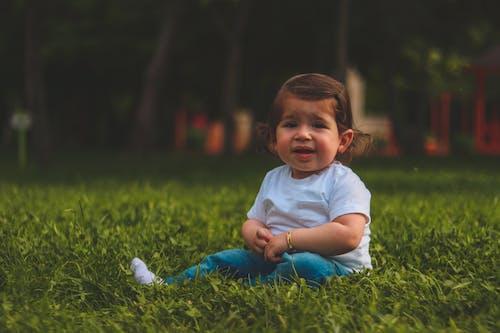 Ingyenes stockfotó aranyos, baba, fű, gyep témában