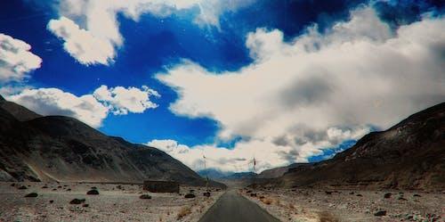 Fotobanka sbezplatnými fotkami na tému cesta, hory, India, jasná obloha