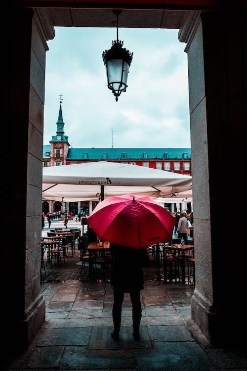 건물, 램프, 비, 사람의 무료 스톡 사진