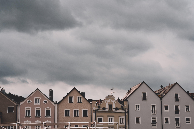 Gratis arkivbilde med arkitektur, bygninger, leiligheter, overskyet