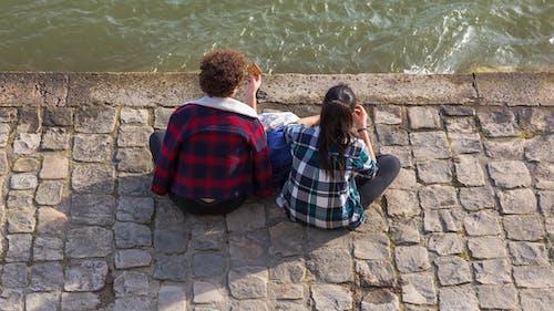 2, 坐, 堤, 女孩 的 免費圖庫相片