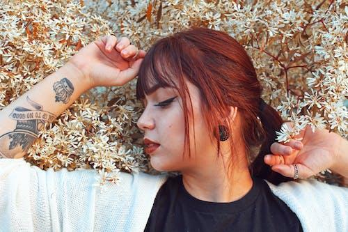 人, 刺青的, 可愛, 咖啡色頭髮的女人 的 免费素材图片