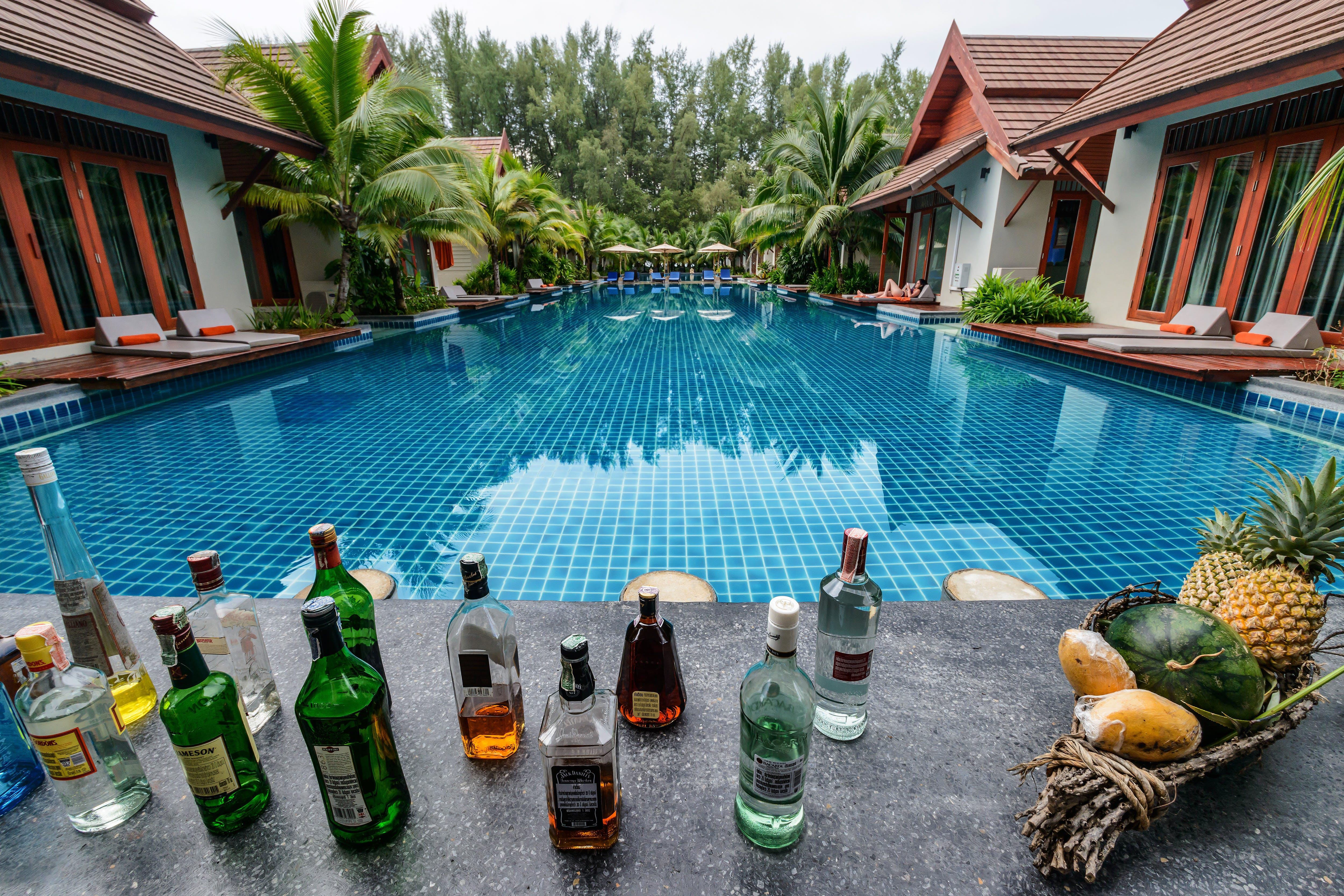 Kostenloses Stock Foto zu alkohol-flaschen, alkoholisches getränk, ananas, architektur