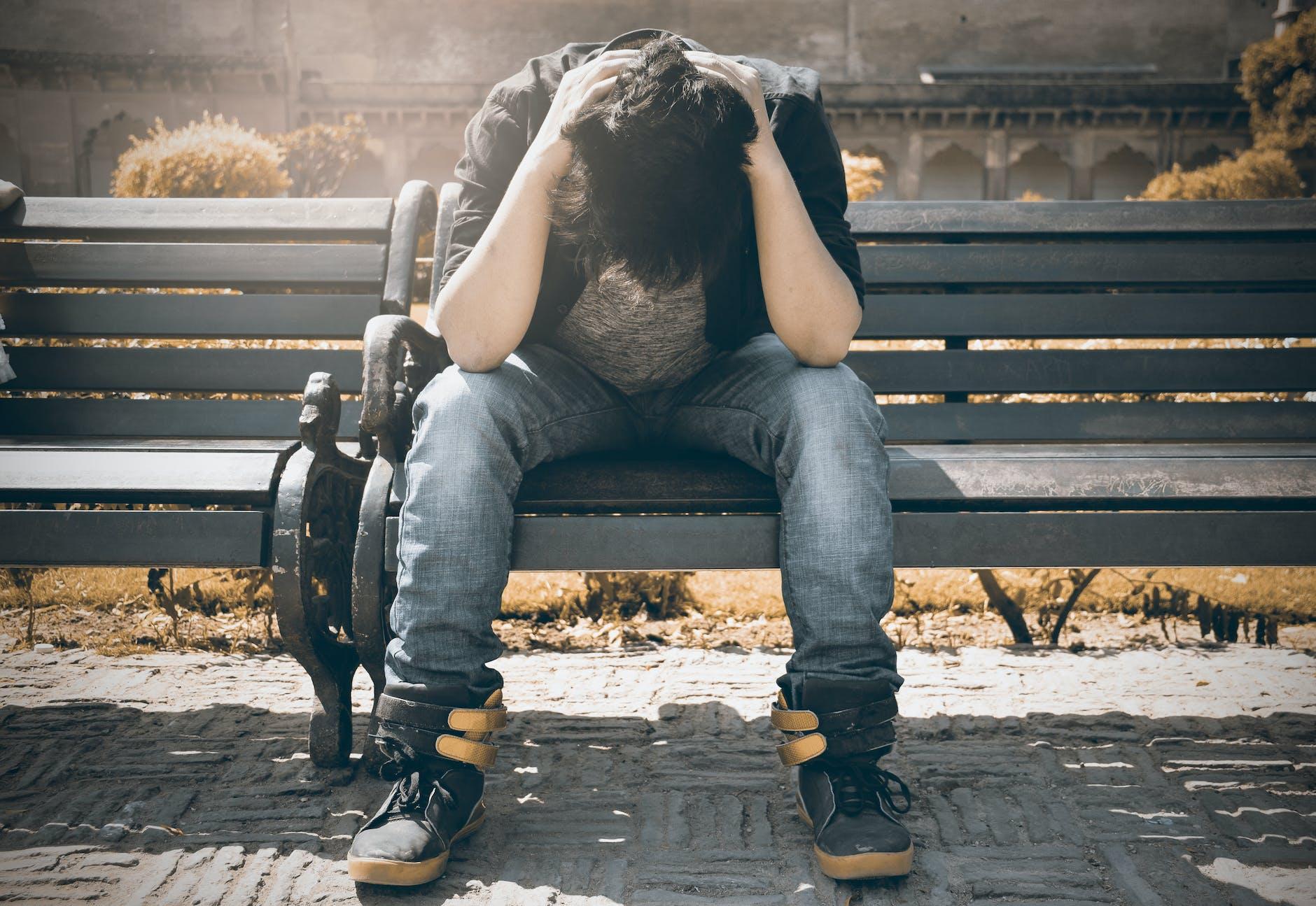 Man sitting on bench | Photo: Pexels
