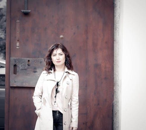 Foto profissional grátis de abrigo, adulto, bonita, casaco