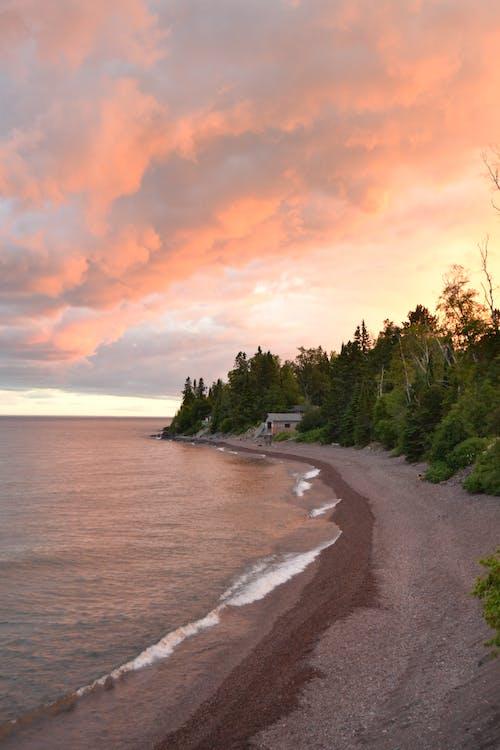 オレンジ色の空, 休止, 低い雲, 海岸線の無料の写真素材
