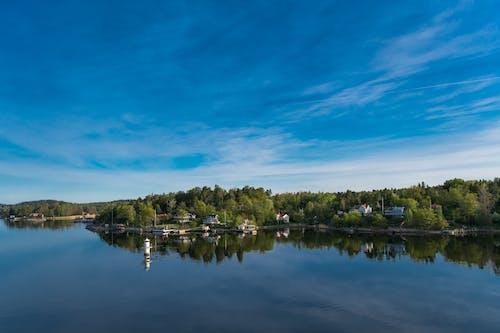 天空, 房子, 樹木, 水 的 免费素材照片