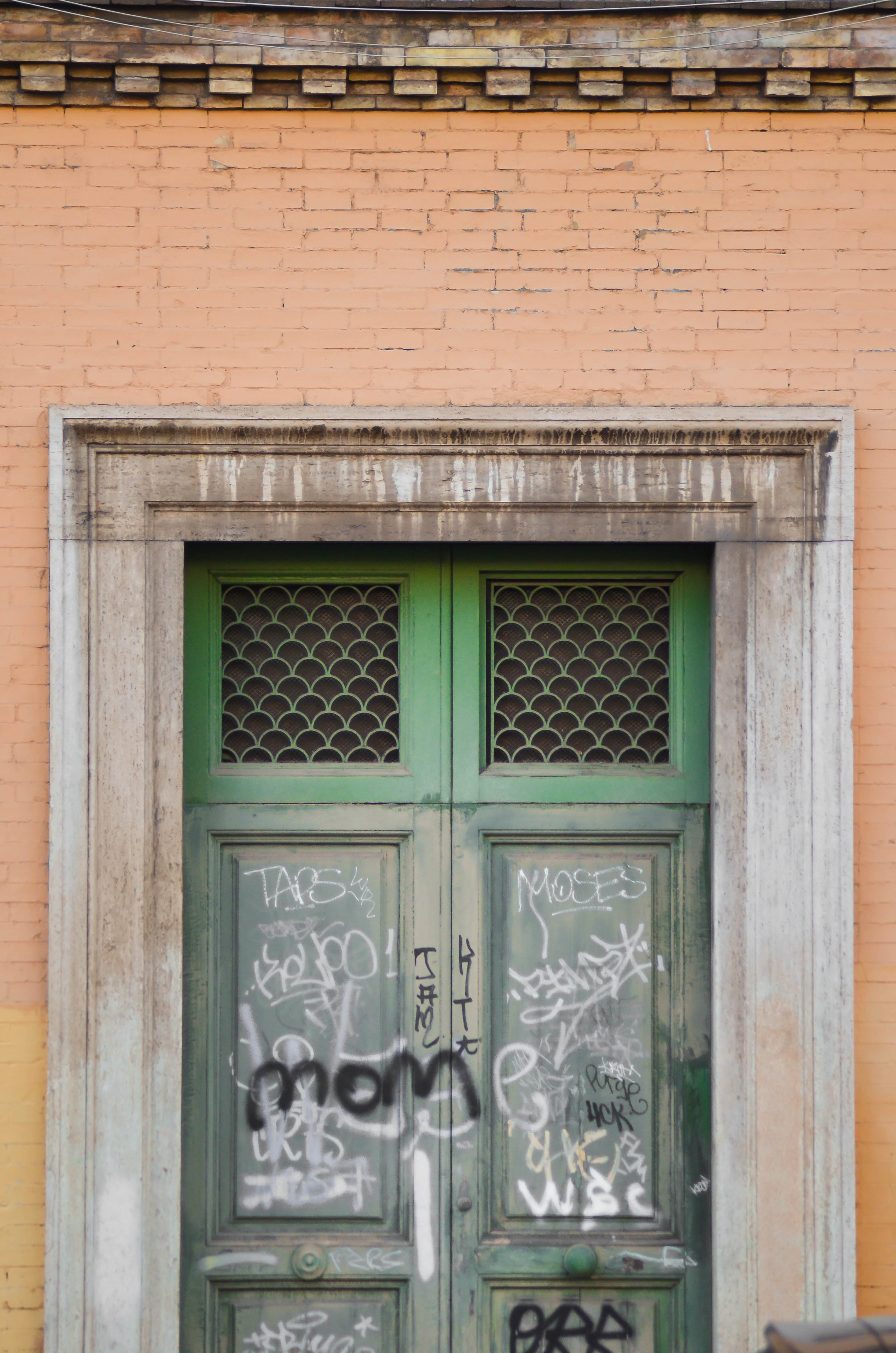 Gratis lagerfoto af bygninger, dør, graffiti, ødelagt