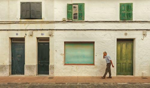 Kostenloses Stock Foto zu abgeschlossen, älterer herr, architektur, außen