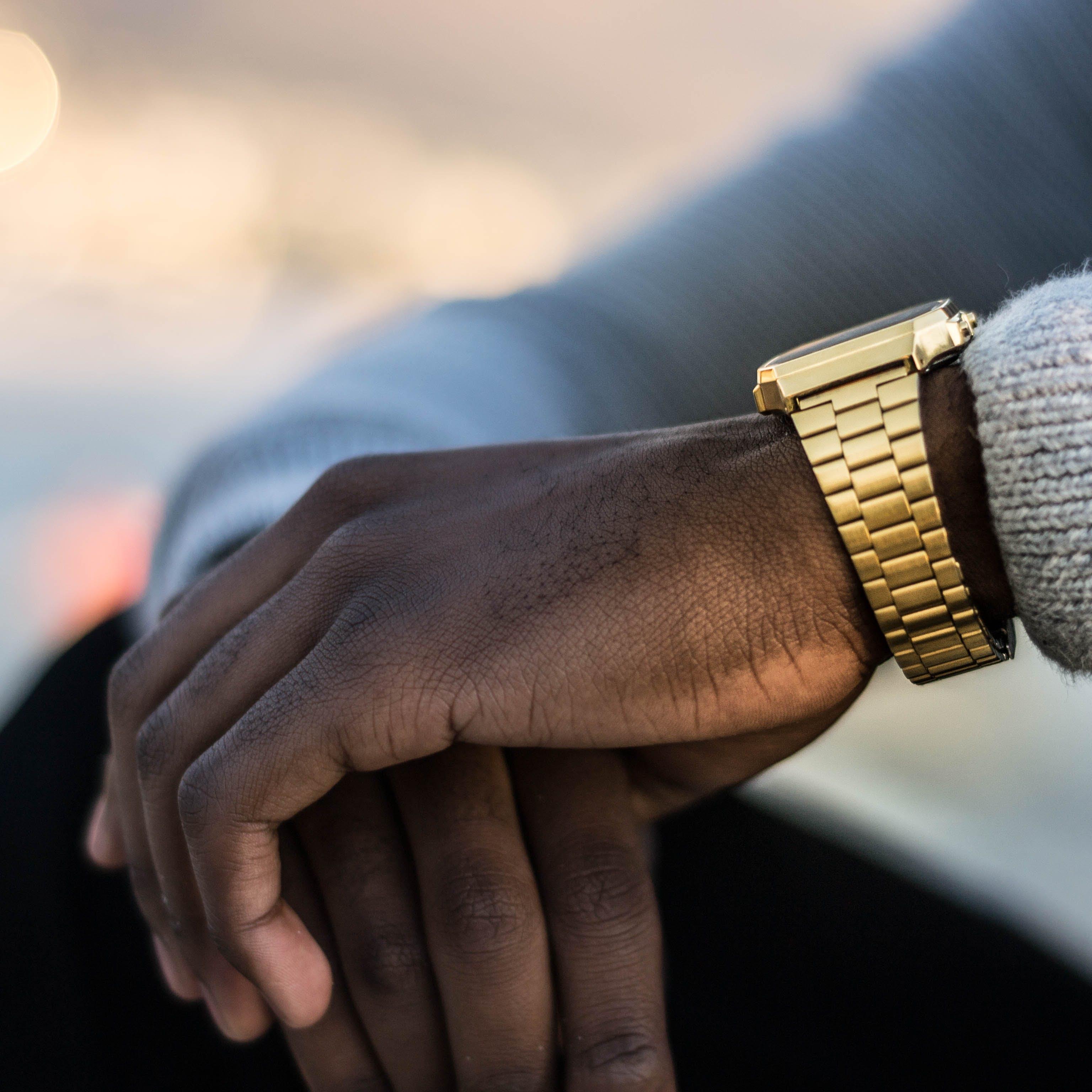 Základová fotografie zdarma na téma muž, náramkové hodinky, ruce, zlatá