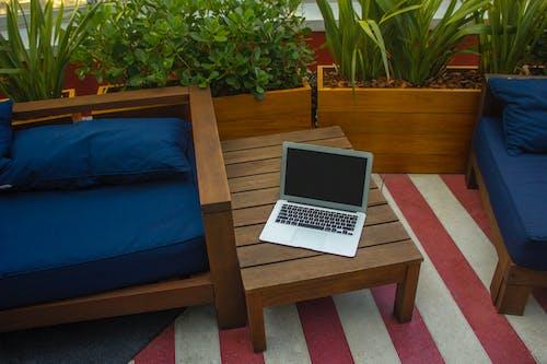 Gratis lagerfoto af bærbar computer, bord, computer
