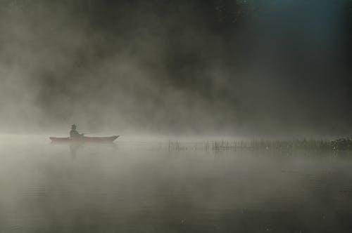 Základová fotografie zdarma na téma člun, krajina, mlha, osoba