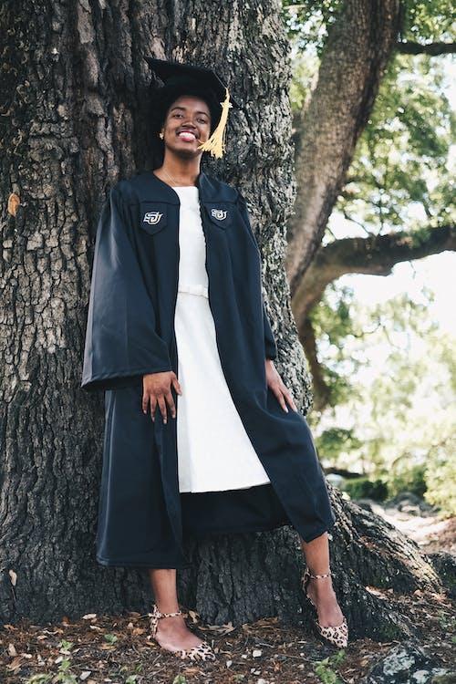 afro-américain, arbre, cérémonie de remise des diplômes