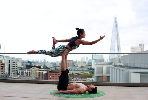 Fotos de stock gratuitas de acro yoga, balance, chakra, ciudad