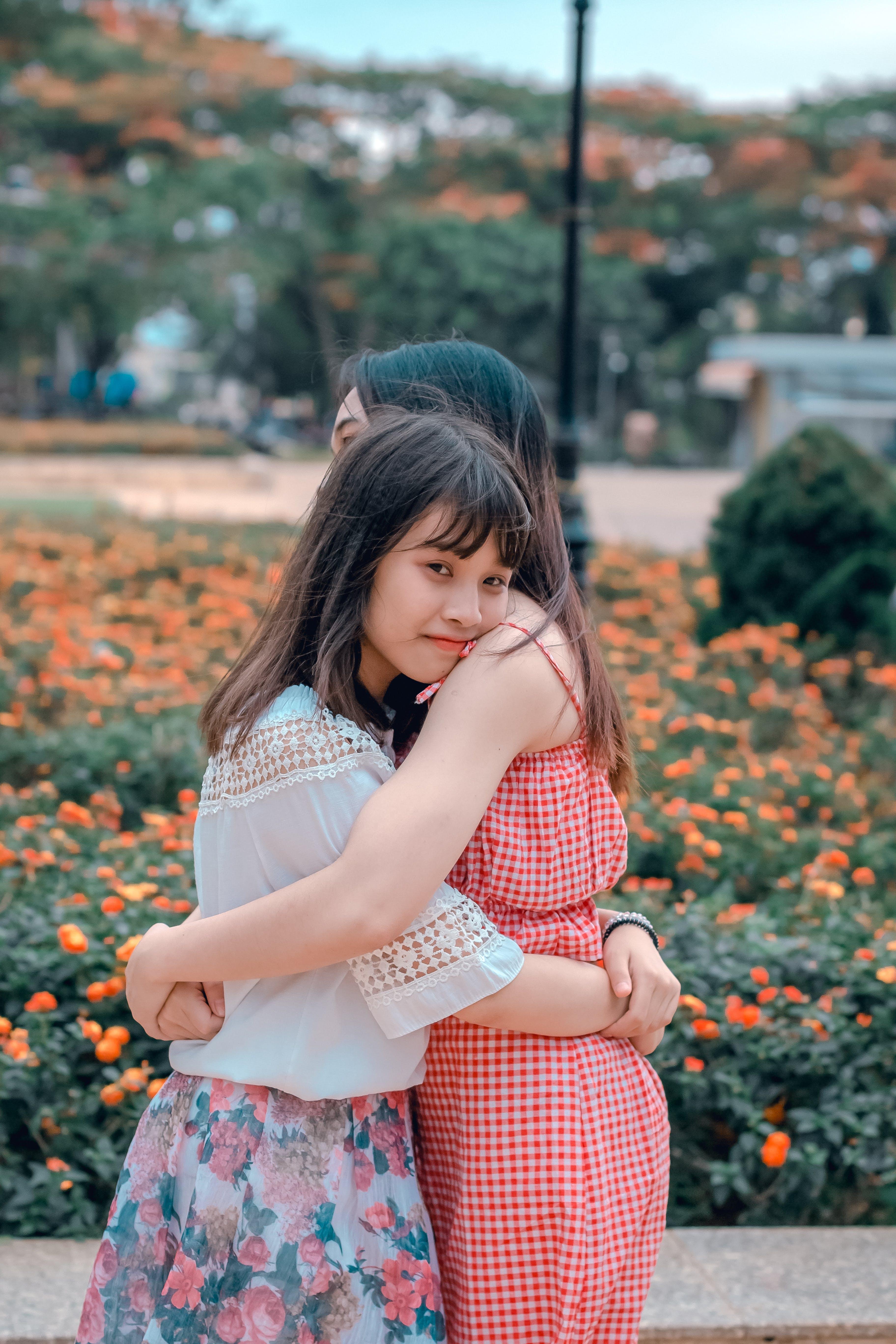 Foto profissional grátis de abraçando, alegria, amigos, atraente