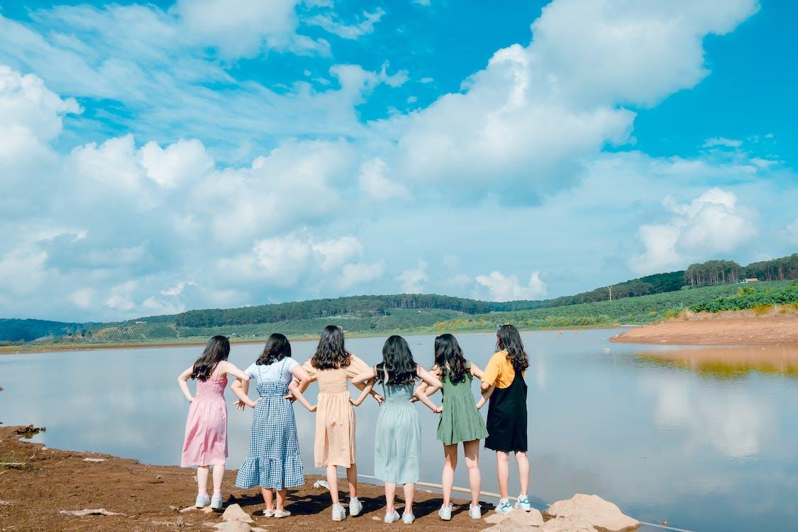 湖の前に立つ6人の少女
