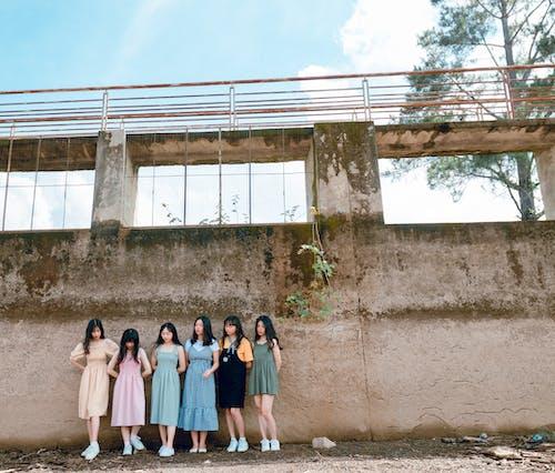 Бесплатное стоковое фото с азиатские женщины, бетон, группа, девочки