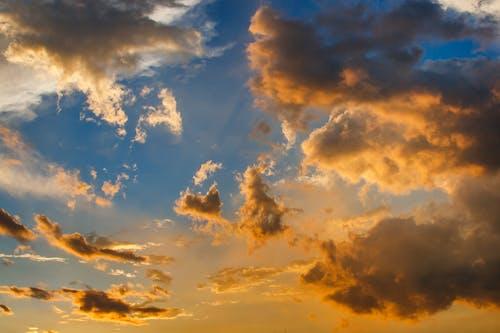 Foto d'estoc gratuïta de capvespre, cel, cel ennuvolat, cel espectacular