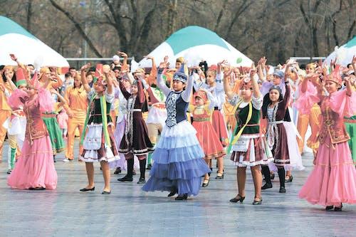 Frauen Und Mädchen, Die Traditionelle Kleider Tragen, Die Zwei Hände Halten