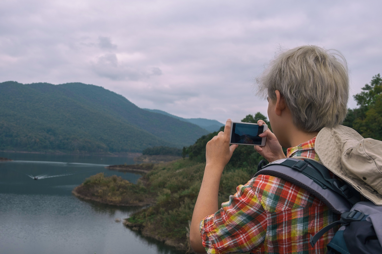 Kostenloses Stock Foto zu berg, foto machen, handy, hut