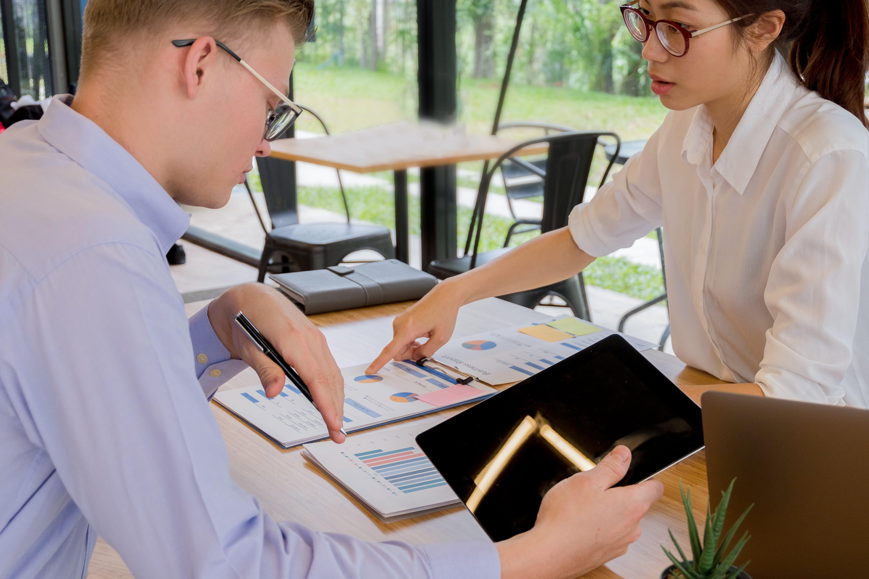 Kostenloses Stock Foto zu brille, drinnen, frau, gucken