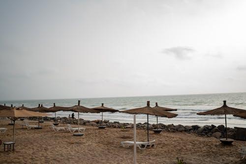 Kostenloses Stock Foto zu afrika, atlantischer ozean, liegestühle, strand