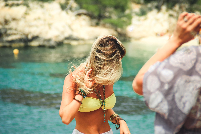 Základová fotografie zdarma na téma bikini, blond vlasy, bronz, doplňky