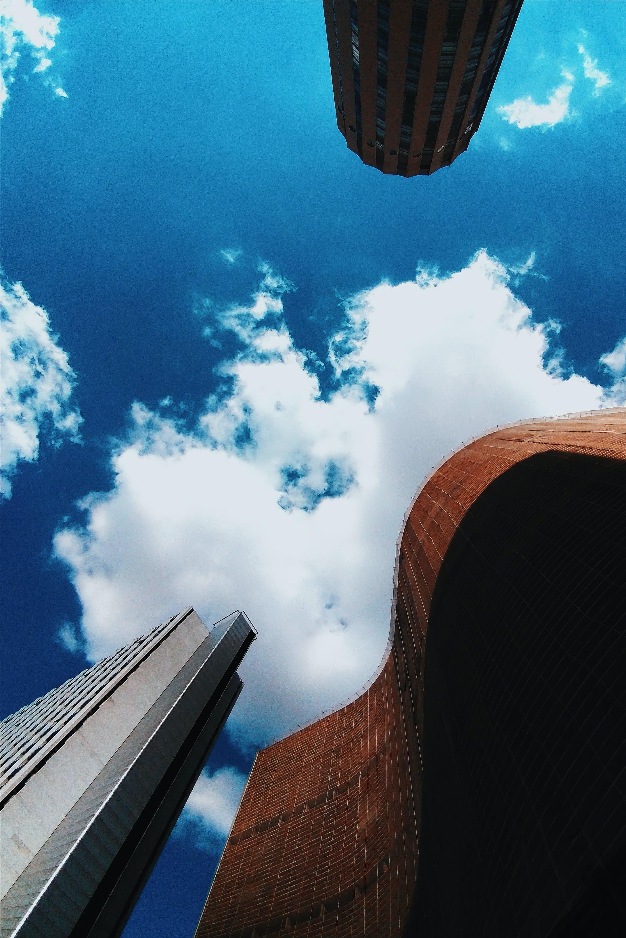 açık, binalar, bulutlar, dar açılı çekim içeren Ücretsiz stok fotoğraf