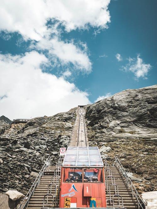 Gratis arkivbilde med alpin, arkitektur, blå himmel, by