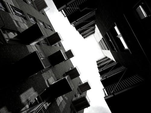 Fotobanka sbezplatnými fotkami na tému architektúra, balkón, budovy, čierna a biela