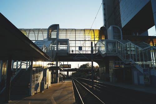 Ilmainen kuvapankkikuva tunnisteilla arkkitehtuuri, asema, ihmiset, junanrata