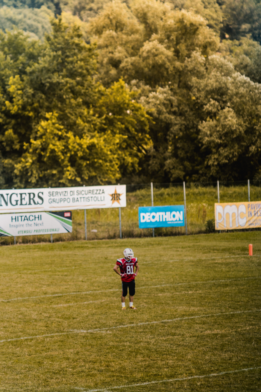 adam, ağaçlar, alan, Amerikan futbolu içeren Ücretsiz stok fotoğraf