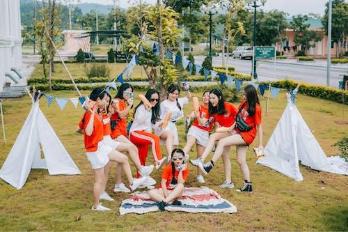 Gratis lagerfoto af asiatiske piger, hvid, rød kjole, venskab