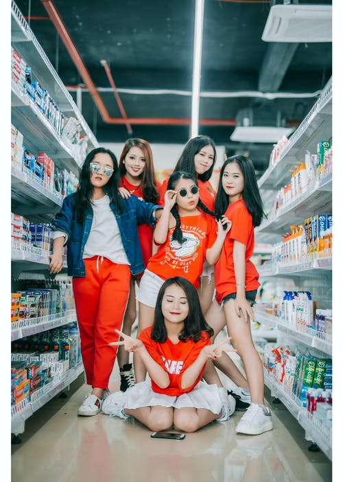 Gratis lagerfoto af Asiatisk pige, cool, rød kjole, sneakers