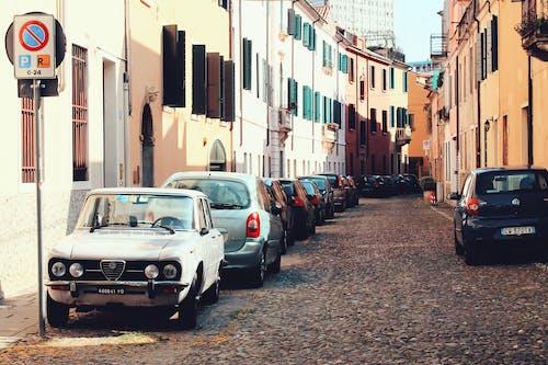 Ilmainen kuvapankkikuva tunnisteilla arkkitehtuuri, autot, katu, kulkuneuvot