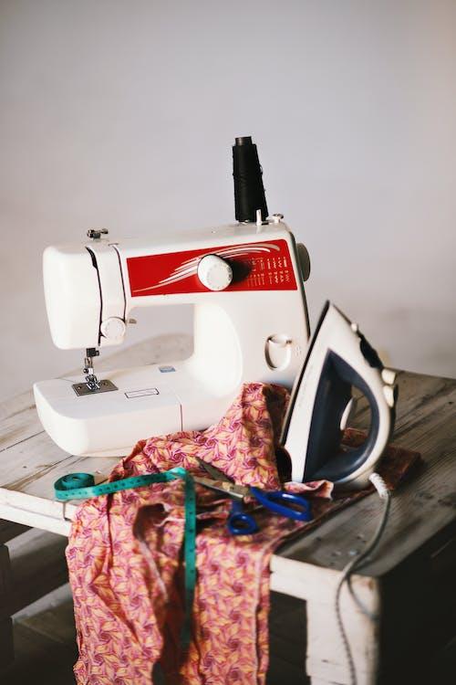 ahşap masa, bez, dikiş makinesi, dikmek içeren Ücretsiz stok fotoğraf