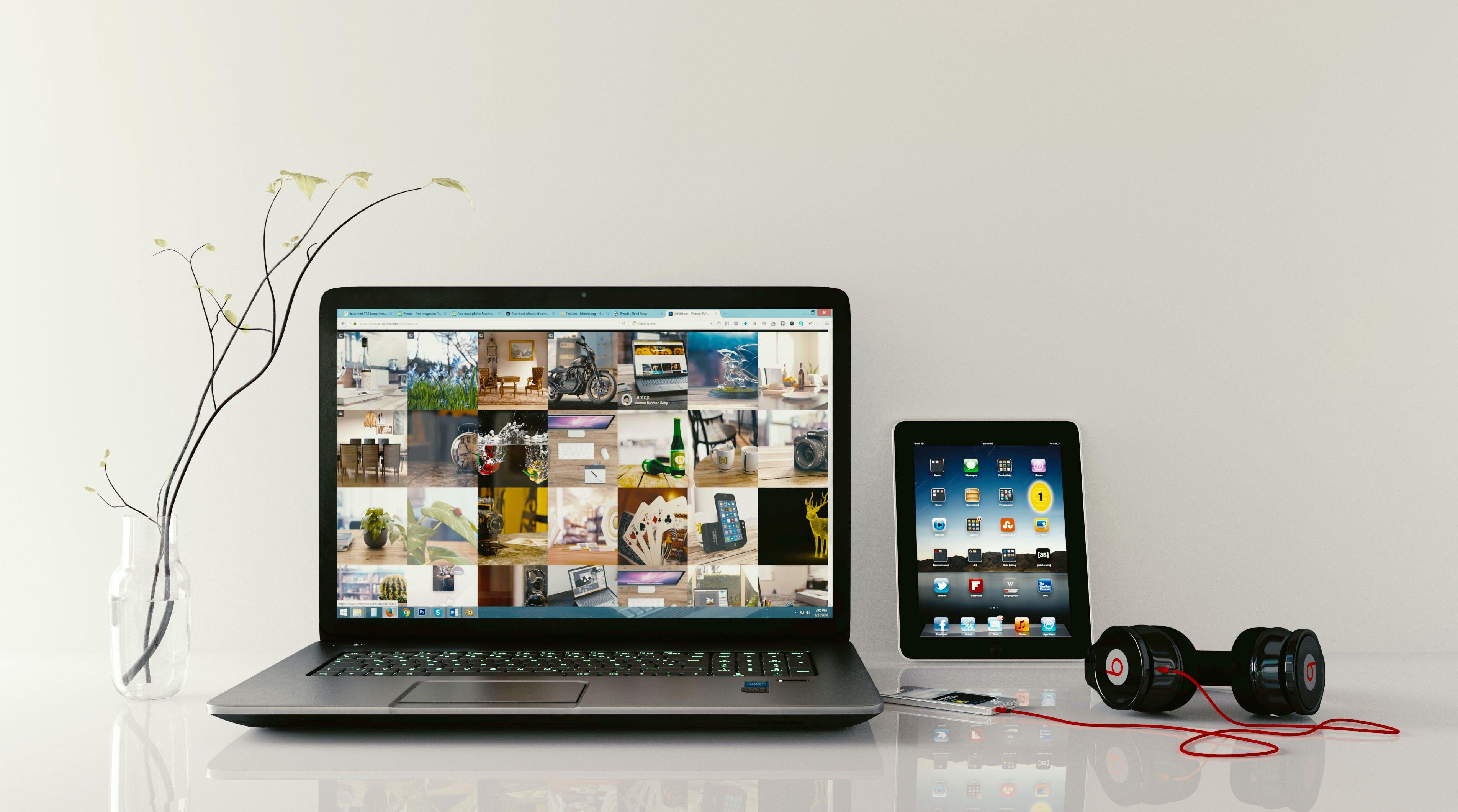 Kostenloses Stock Foto zu arbeitsplatz, kopfhörer, laptop, mixer fotografie