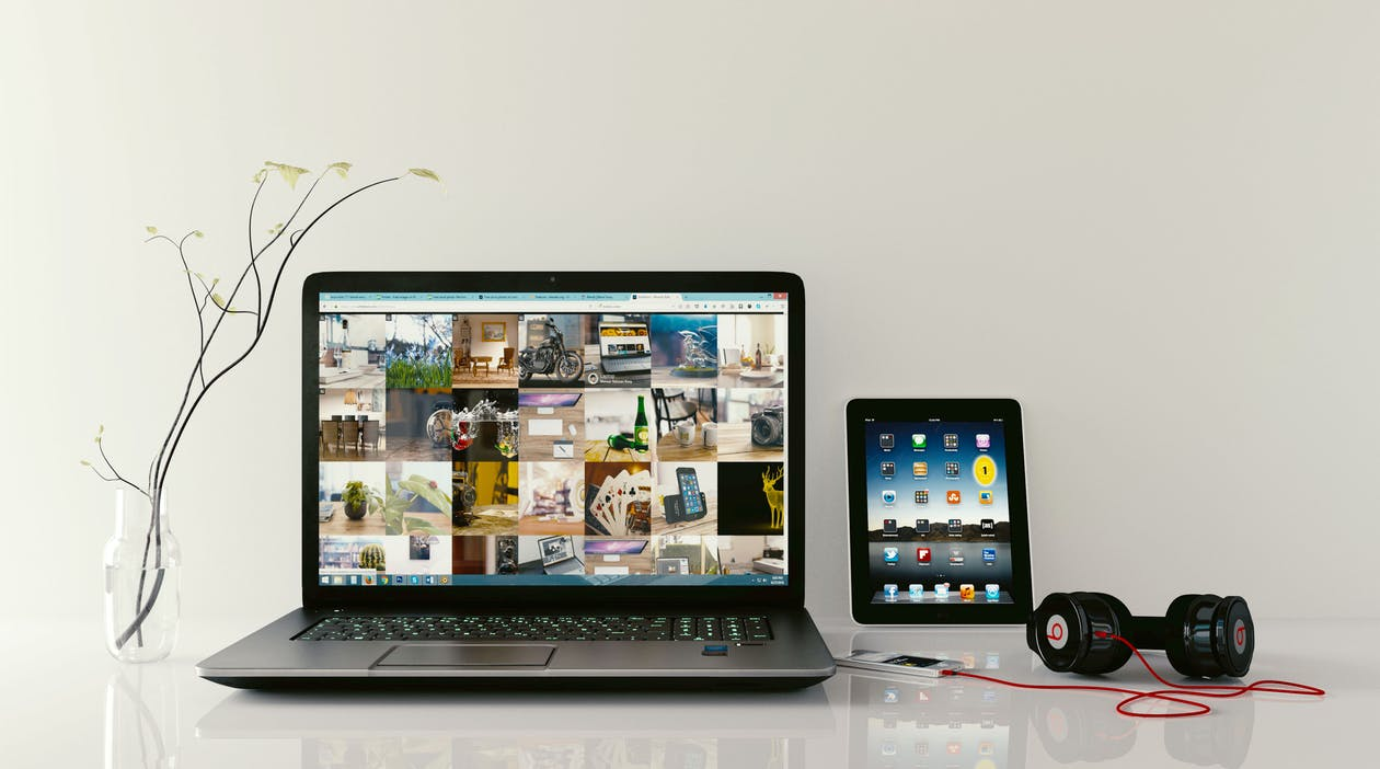 arbeitsplatz, kopfhörer, laptop