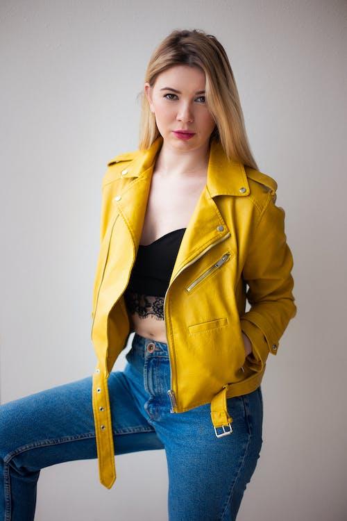 Základová fotografie zdarma na téma džíny, holka, žlutá