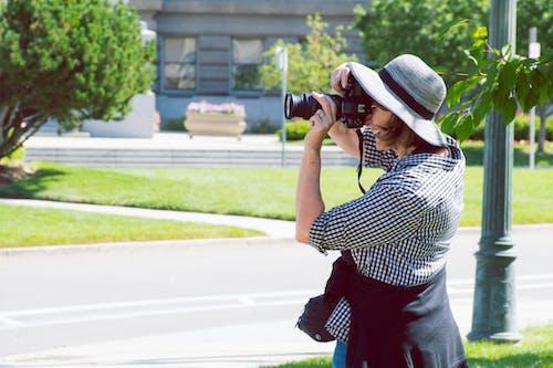 Mulher Em Pé Na Grama Verde Tirando Foto
