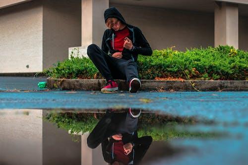 Fotobanka sbezplatnými fotkami na tému bunda, mestský, mladý, mokrý