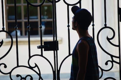 çit, erkek çocuk, esrar, genç adam içeren Ücretsiz stok fotoğraf