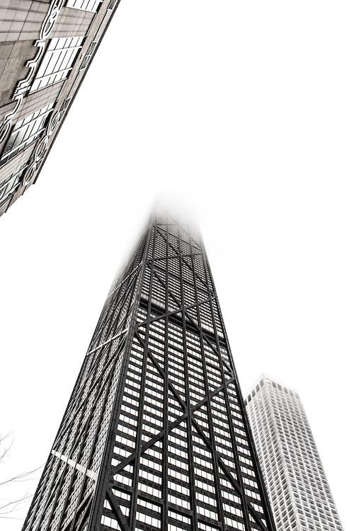 Kostnadsfri bild av arkitektur, byggnad, dimma, dimmig