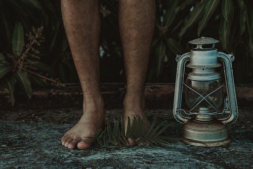 ayaklar, gaz lambası, kıllı, Lamba içeren Ücretsiz stok fotoğraf