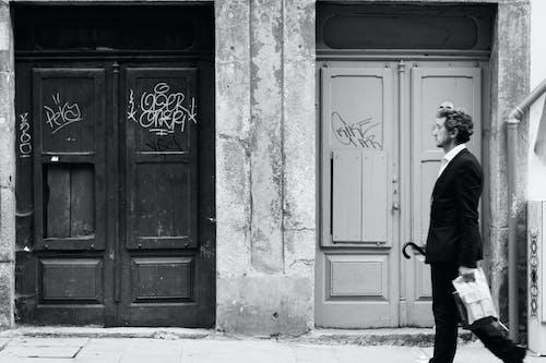 Základová fotografie zdarma na téma černobílá, chůze, domy, dospělý